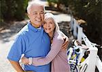 Sourire vieux couple de détente en plein air