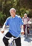 Sourire vieux couple vélos d'équitation