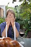 Frau für ihr Gesicht am Sabbat-Abend