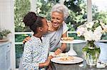 Plus âgés femme et petite fille ayant tarte