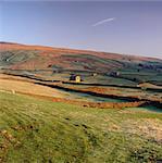 Maisons et murs de pierres dans le paysage rural