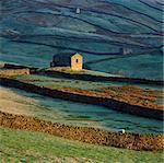 Maison en pierre dans le paysage rural