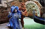 Zwei Personen tragen Kostüme im Karneval, Venedig, Italien