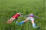Zwei Mädchen im Gras liegend