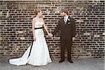Mariée et le marié regardant les uns les autres
