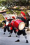 Batteurs à Ryukyumura, Onna Village, l'île d'Okinawa, la préfecture d'Okinawa, Japon