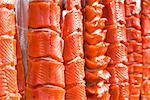 Séjour pris le saumon rouge de Bristol Bay sécher sur une grille, Iliamna, sud-ouest de l'Alaska, l'été