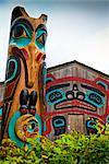 Gros plan des mâts totémiques Raven et hutte de castor à Saxman Totem Park, Ketchikan, Alaska du sud-est, l'été
