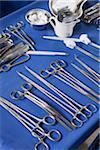 Plateau avec des instruments chirurgicaux et de l'équipement