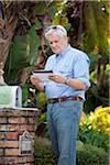 Ein alter Mann Stand seiner Mailbox, Blick in die e-Mail