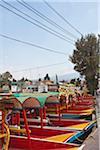 Eine Reihe von festgemachten Trajineras, eine traditionelle Gondel Art Mexican Tour-Boot