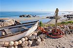 Un bateau de pêche traditionnel sur la plage à Paternoster, Western Cape, Afrique du Sud