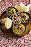 Indisch kochen. Moong Sprossen, grüne Mung-Linsen und leicht grünem Curry serviert mit puri