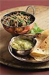 Indisch kochen. Hackfleisch mit Erbsen und Minze serviert mit Apfel und Minze-Chutney und Roti
