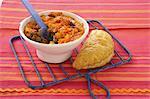 Kleinkind-Mahlzeit. Cottage Pie mit Erbsen und Butternuss. Steak, Niere und pastöse Gemüse