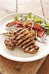 Traditionelle Karoo kochen. Curry Schweinekoteletts mit einem frischen Salat serviert