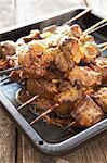Traditionelle Karoo kochen. Sosaties Lamm - Kebabs mit Zwiebeln, Chutney und Curry-Pulver gemacht