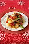Traditionelle Afrikanisch kochen. Gegrilltes Gemüse mit Mealiepap Stapel