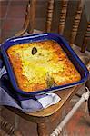 Traditionelle Afrikanisch kochen. Bobotie. Curry Mince Pie gebacken mit geschlagenem Ei an der Spitze