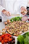 Préparation de pizza biologique saine, avec des champignons frais