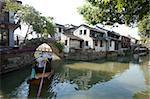 Pont de pierre sur le canal, de la vieille ville de Zhouzhaung, Kunshan, Jiangsu Province, Chine