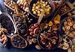 Dates, raisins secs, pistaches, noix de pécan, noisettes, oignons conservés, aprictos préservé et les figues sèches