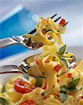 Pâtes fettuccini avec tomate et basilic