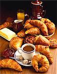 Croissants und Gebäck mit Kaffee weiß