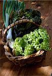Korb mit Salat und Zwiebeln