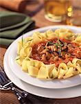 Pappardelli pâtes avec sauce tomate et de moules