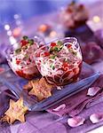 Fromage frais avec des fruits d'été, de purée de groseilles et de biscuits en forme d'étoile