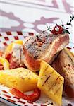 Gegrillter Thunfisch mit Paprika und polenta