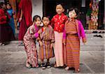 Enfants dans des costumes traditionnels bhoutanais au Chorten commémoratif National, qui a été construit dans le style tibétain en 1974 pour honorer le troisième roi du Bhoutan.