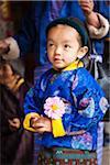 Jeune fille à la National Chorten commémoratif, qui a été construit dans le style tibétain en 1974 pour honorer le troisième roi du Bhoutan.