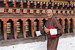 En tournant le beau noir et or moulins à prières à Changangkha Lhakhang, où les parents viennent d'obtenir les noms de bon augure pour leur nouveau-né.