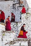 Moines à Kurjey Lhakhang, le dernier lieu de repos des restes des trois premiers rois du Bhoutan.