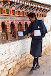 Tourner les moulins à prière à Ura Lhakhang.