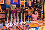 Bottes mi-longues traditionnelle appelé Tsholham, porté par les hommes bhoutanais lors de cérémonies importantes, en vente dans un magasin à Thimphu.