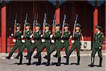 Chinesische Soldaten im Drill Dienst im Bereich Umzug neben dem Meridian Gate in der verbotenen Stadt, Peking, China.