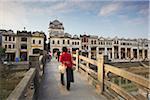 Pont de croisement de personnes devant l'architecture coloniale, Chikanzhen, Guangdong, Guangdong, Chine