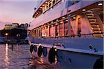 La Fontonne, Antibes, Provence-Alpes-Cote d ' Azur, Frankreich. Luxus-Superyacht vertäut im Hafen Vauban - Club Nautique d ' Antibes bei Sonnenuntergang