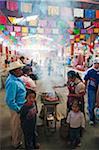 Amérique du Nord, au Mexique, Oaxaca État, marché du dimanche de Tlacolula, griller des aliments de la famille