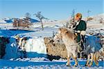 Mongolei, Ovorkhangai, Orkkhon Tal. Ein Mann sitzt auf dem Pferd von einem gefrorenen Wasserfall am Fluss Orchon.