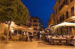 Straßen-Café in der Altstadt von Alcudia, Mallorca, Balearen, Spanien
