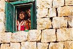 Yémen, Sanaa Province, yéménites, Al Hajjarah. Enfants regardant par la fenêtre de leur maison.