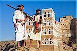 Yémen, Sanaa Province, yéménites, Jebel Shugruf. Deux hommes yéménites en costume traditionnel, je regarde le paysage.