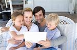 Tablettcomputer zusammen mit Familie