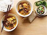 Schalen mit Curry und Reis