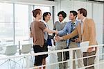 Gens d'affaires serrant la main au Bureau