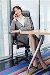 Femmes d'affaires parlait au téléphone cellulaire